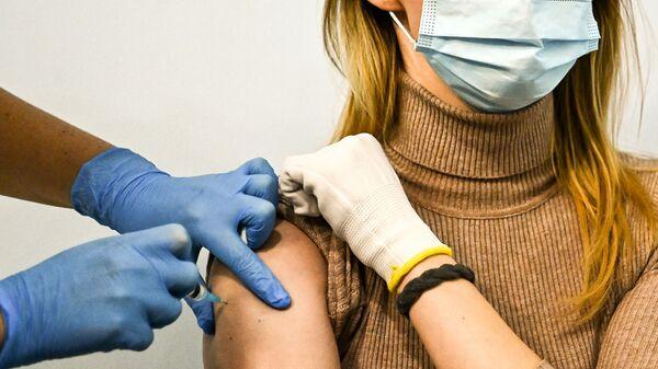 Ragazza si sottopone al vaccino Sputnik V - Sputnik Italia