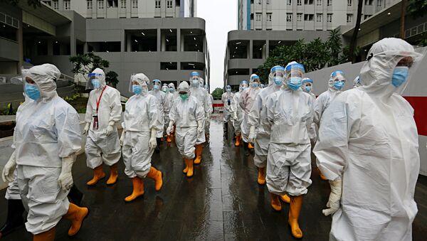 Медицинские работники в средствах индивидуальной защиты в Джакарте, Индонезия - Sputnik Italia