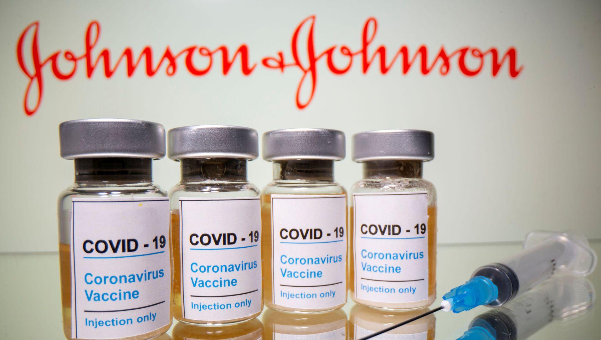Вакцина и логотип компании Johnson & Johnson - Sputnik Italia, 1920, 26.02.2021