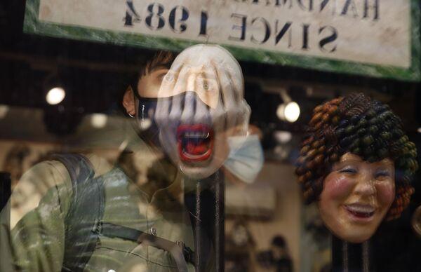 Maschere di Carnevale in un negozio a Venezia - Sputnik Italia