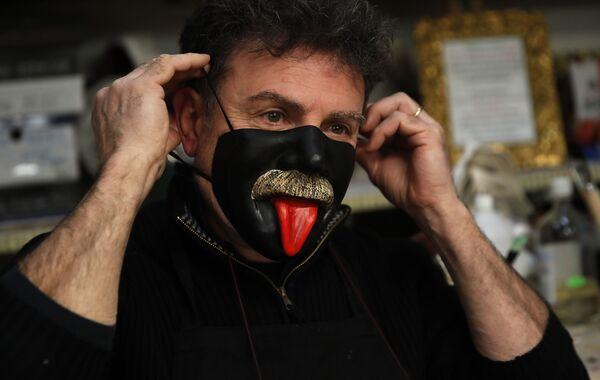Gualtiero Dall'Osto, artigiano veneziano di maschere di carnevale, indossa una delle sue creazioni nella sua bottega a Venezia, Italia, sabato 30 gennaio 2021 - Sputnik Italia