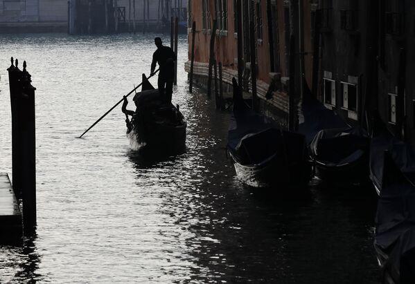 Un gondoliere a Venezia, in Italia, sabato 30 gennaio 2021 - Sputnik Italia
