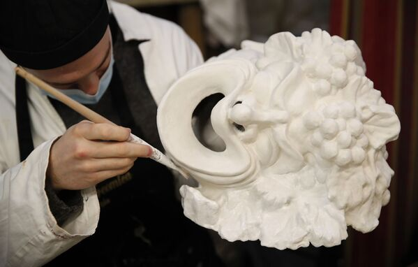 Un artigiano veneziano di maschere realizza un oggetto nella sua bottega a Venezia, Italia, sabato 30 gennaio 2021 - Sputnik Italia