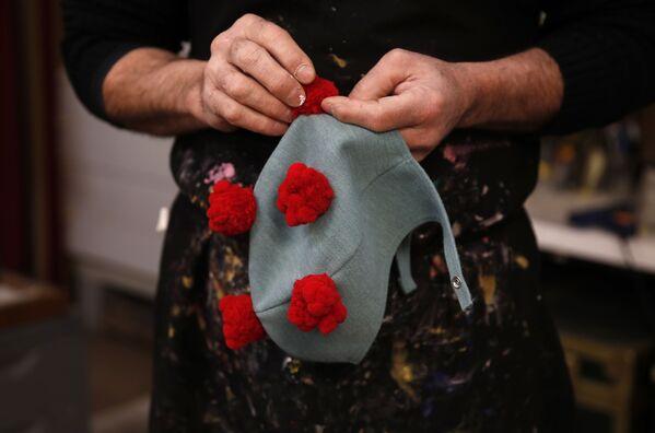 Gualtiero Dall'Osto lavora su un cappello da carnevale a Venezia, Italia, sabato 30 gennaio 2021. - Sputnik Italia