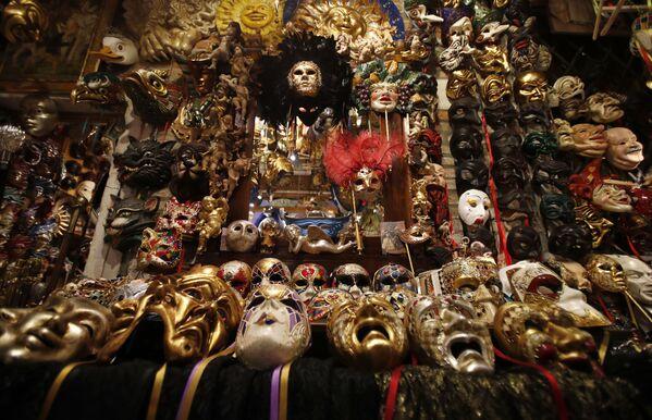 Le maschere di carnevale sono esposte nella bottega dell'artista veneziano Gualtiero Dall'Osto a Venezia, Italia, sabato 30 gennaio 2021. - Sputnik Italia