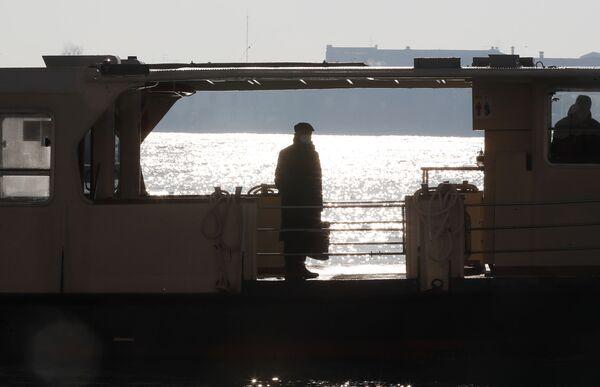 Un uomo in una mascherina protettiva in attesa di un vaporetto a Venezia - Sputnik Italia
