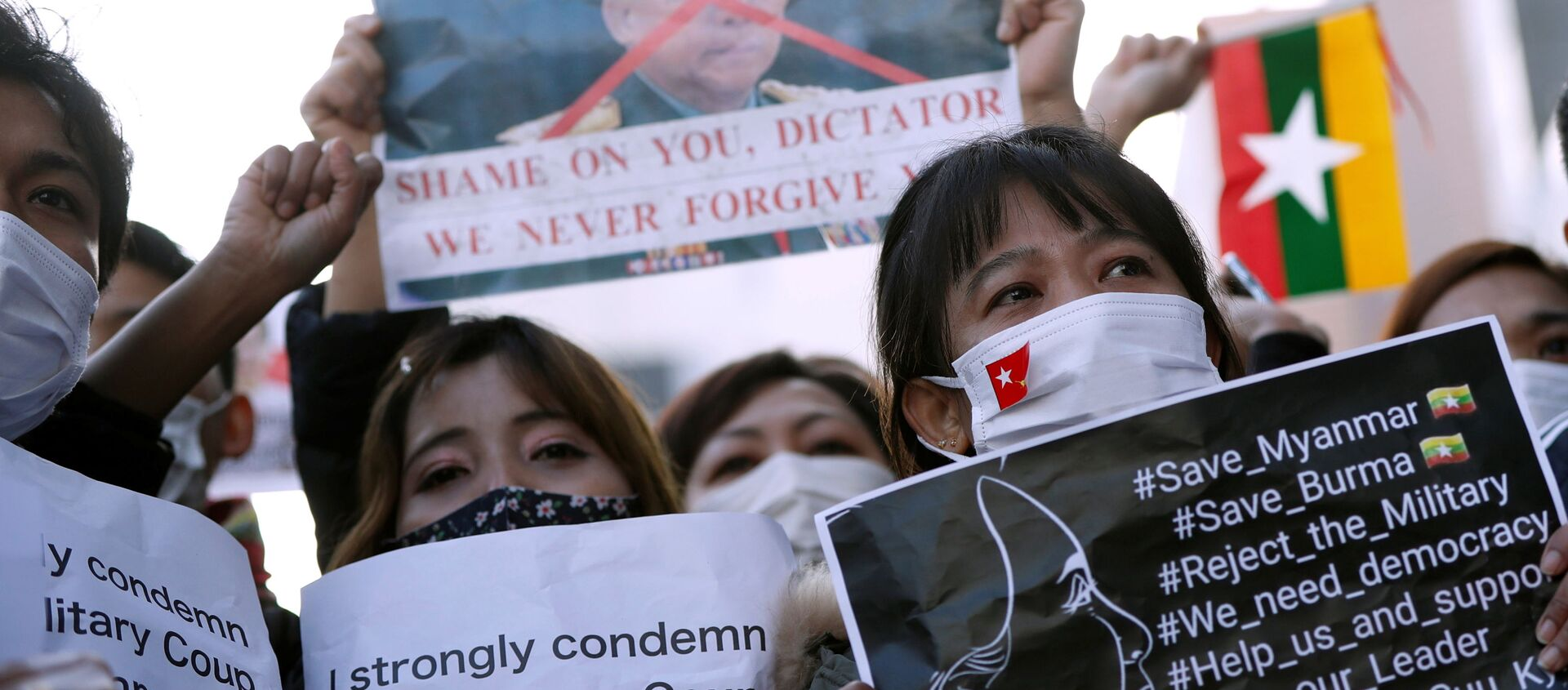 I manifestanti del Myanmar residenti in Giappone tengono cartelli in una manifestazione contro i militari del Myanmar presso L'Università delle Nazioni Unite a Tokyo - Sputnik Italia, 1920, 01.02.2021