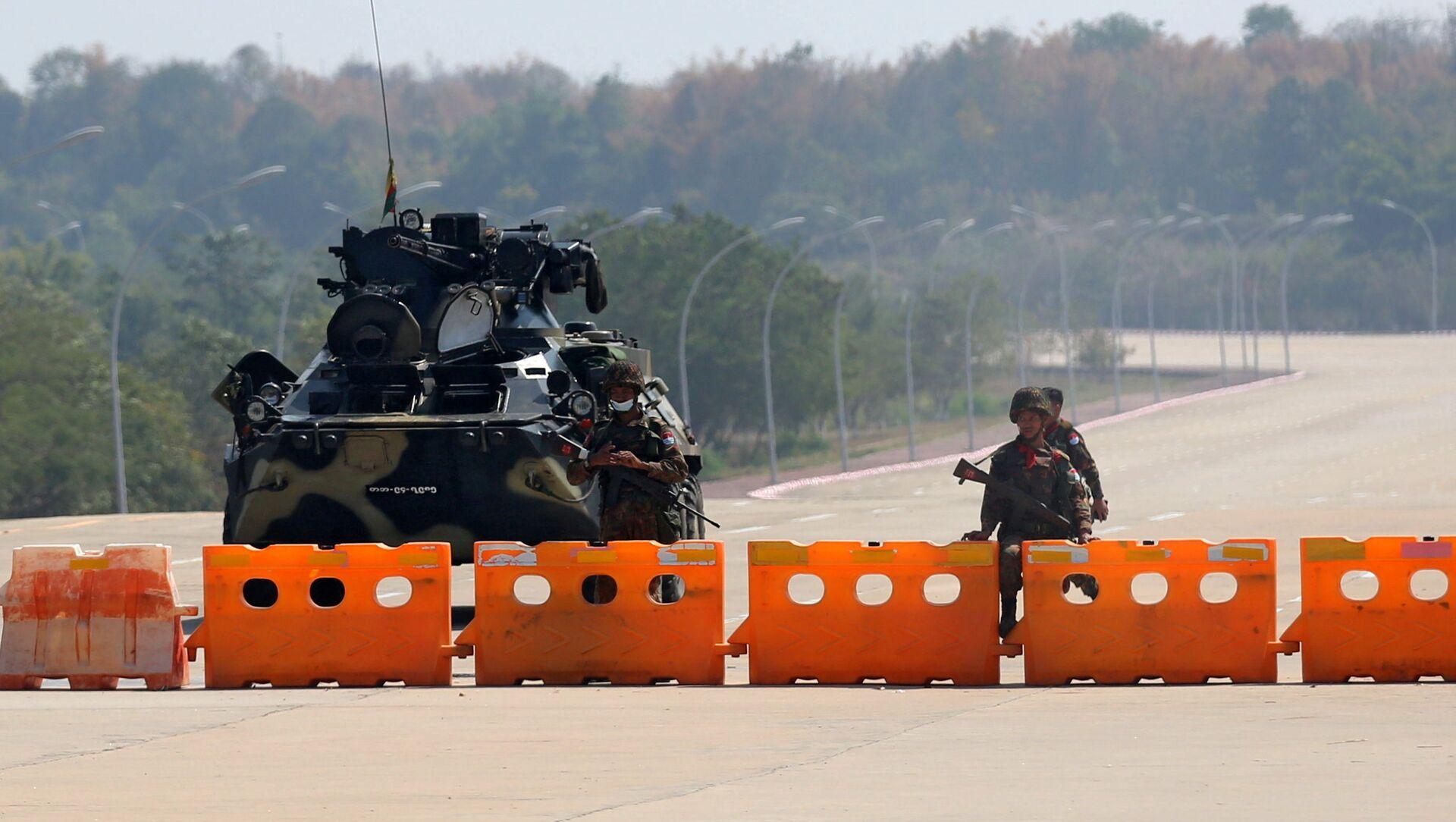 Il checkpoint militare del Myanmar è visto sulla strada per il complesso del Congresso a Naypyitaw, Myanmar - Sputnik Italia, 1920, 01.02.2021