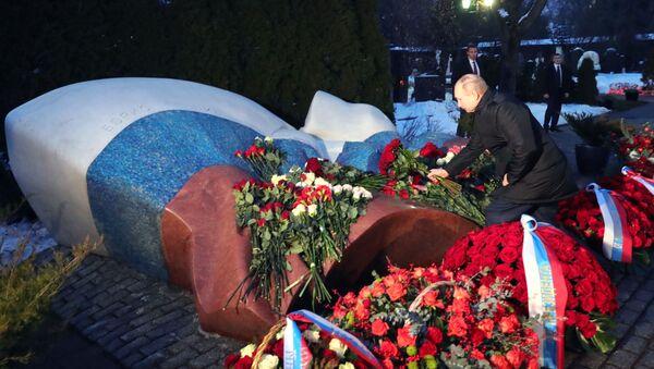 Putin ha deposto i fiori alla tomba di Eltsin  - Sputnik Italia