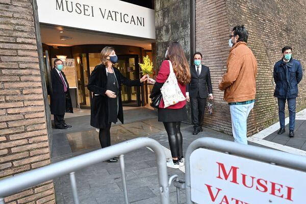 La direttrice dei Musei Vaticani Barbara Jatta riceve i primi visitatori dopo la riapertura dei musei - Sputnik Italia