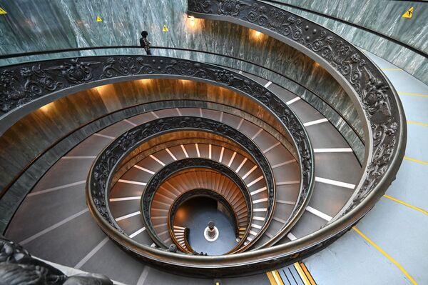 Un uomo sulla Scala di Bramante, i Musei Vaticani il giorno della riapertura, il 1° febbraio 2021 a Città del Vaticano - Sputnik Italia