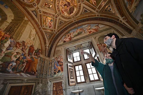 I visitatori nelle Stanze di Raffaello ai Musei Vaticani dopo la riapertura dei musei di Roma dopo il lockdown  - Sputnik Italia