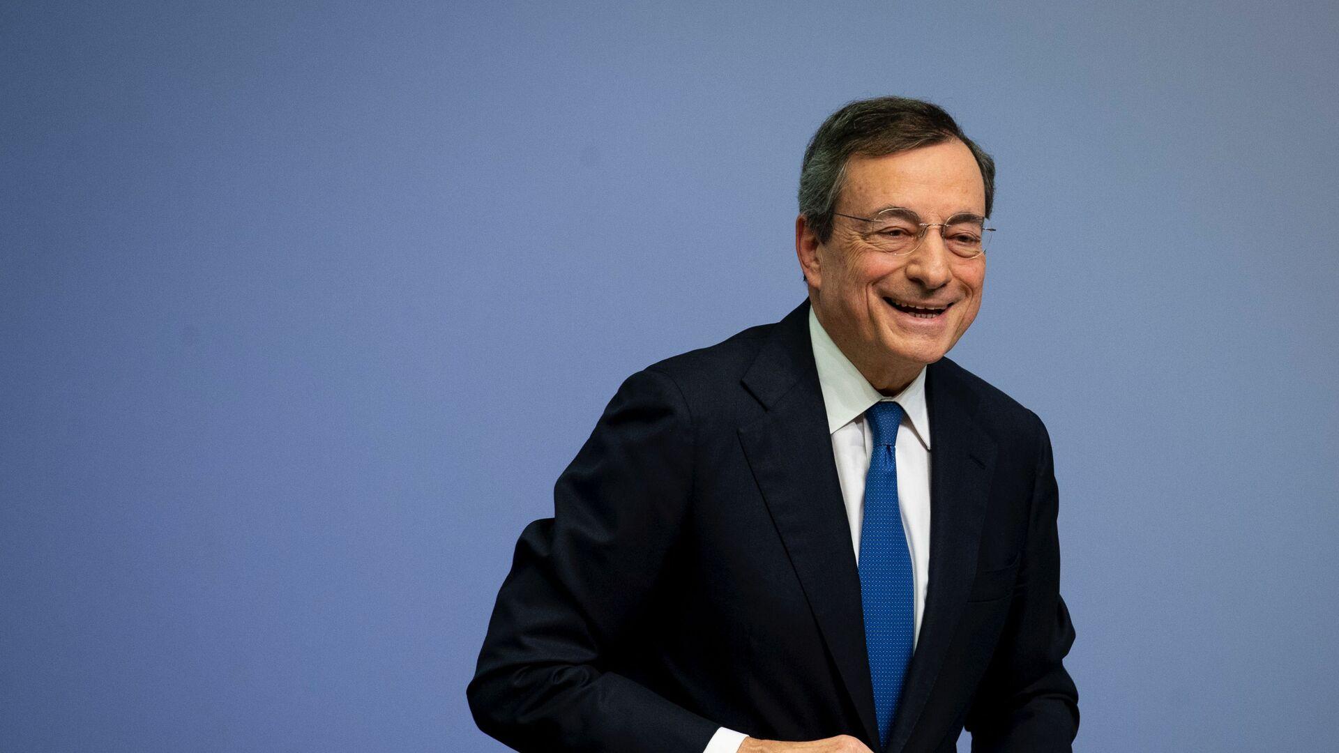 Mario Draghi dopo una conferenza stampa a Francoforte - Sputnik Italia, 1920, 05.02.2021