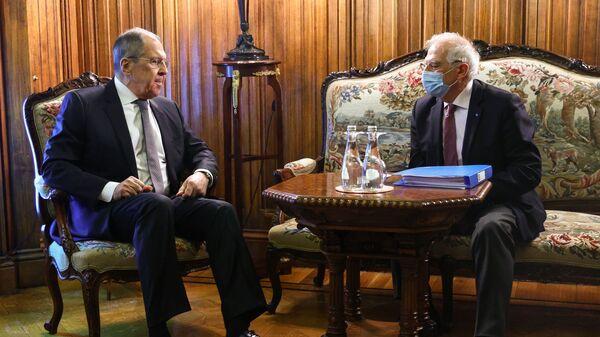 Il vertice tra il ministro degli Esteri russo Sergei Lavrov e l'Alto rappresentante per gli Affari Esteri dell'Ue Josep Borrell - Sputnik Italia