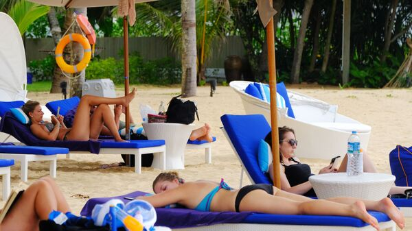 Turisti in spiaggia - Sputnik Italia