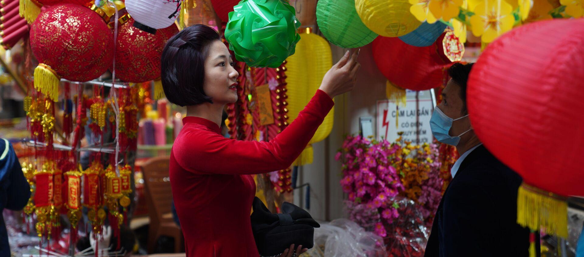 I residenti di Hanoi, Vietnam, si preparano per il Capodanno Lunare che si celebrerà venerdì 12 febbraio.  - Sputnik Italia, 1920, 06.02.2021