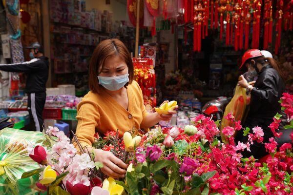 Una residente di Hanoi compra i fiori per decorare la casa in occasione del Capodanno Lunare.  - Sputnik Italia