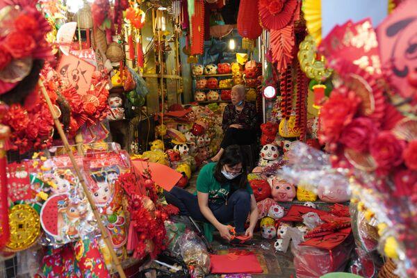 Nelle strade di Hanoi si vendono le tradizionali decorazioni per la casa in occasione di festeggiamenti di Capodanno Lunare.  - Sputnik Italia