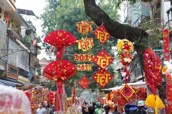 Le strade di Hanoi decorate in occasione del Capodanno Lunare.  - Sputnik Italia