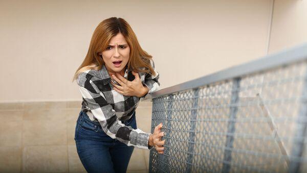 Задыхающаяся женщина на лестнице - Sputnik Italia