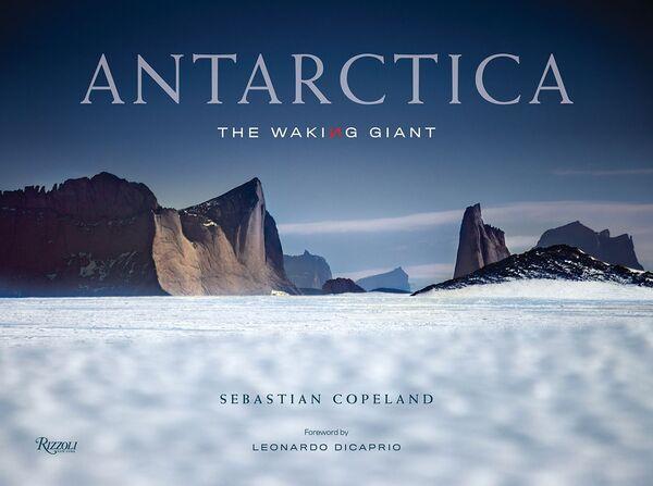 Una copertina del fotolibro Antarctica: The Waking Giant del fotografo tedesco Sebastian Copeland, che è  stato nominato fotografo dell'anno nel concorso Tokyo International Foto Awards 2020.   - Sputnik Italia
