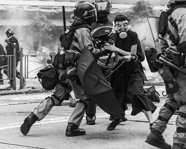 La foto Conflitto di Hong Kong del fotografo canadese Wei Fu, che è stata la vincitrice nella categoria Editoriale tra i fotografi non professionisti del concorso fotografico Tokyo International Foto Awards 2020.  - Sputnik Italia
