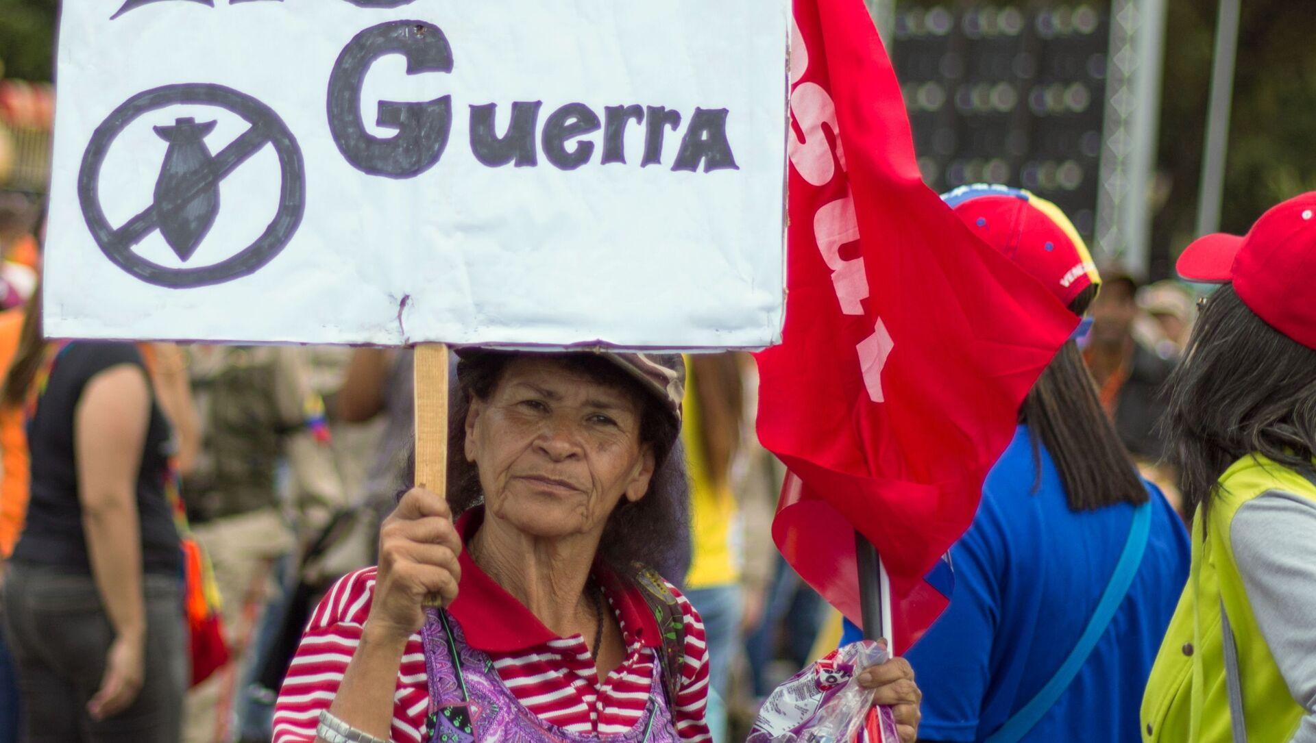 Участница во время акции в поддержку президента Венесуэлы Николаса Мадуро в Каракасе - Sputnik Italia, 1920, 07.02.2021
