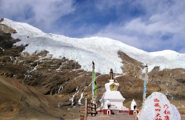 Il ghiacciaio di Karola, un piccolo ghiacciaio nella regione autonoma di Tibet, Cina, vicino al lago Yamdrok - Sputnik Italia