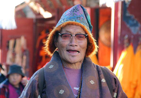 Un pellegrino tibetano nella città di Lhasa - Sputnik Italia
