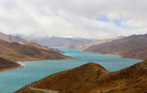 Il Lago Yamdrok, il lago dalle acque turchesi, è uno dei quattro grandi laghi sacri del Tibet  - Sputnik Italia
