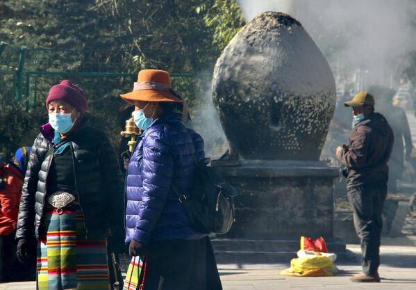 I pellegrini buddisti tibetani nella città di Lhasa - Sputnik Italia