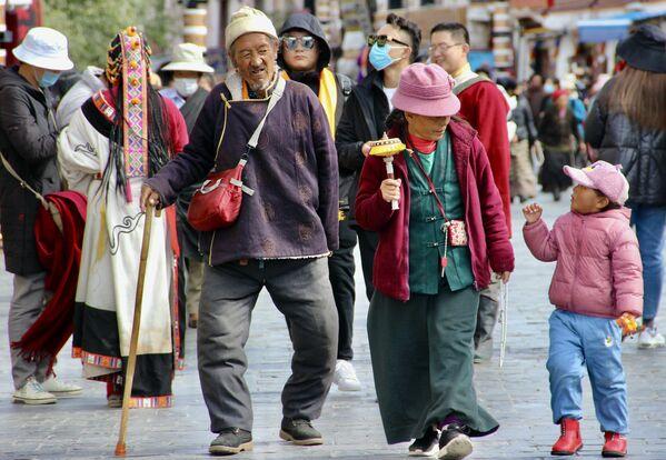 I tibetani vivono da nomadi, seguendo i greggi di pecore e capre o le mandrie di yak, i buoi locali.  - Sputnik Italia