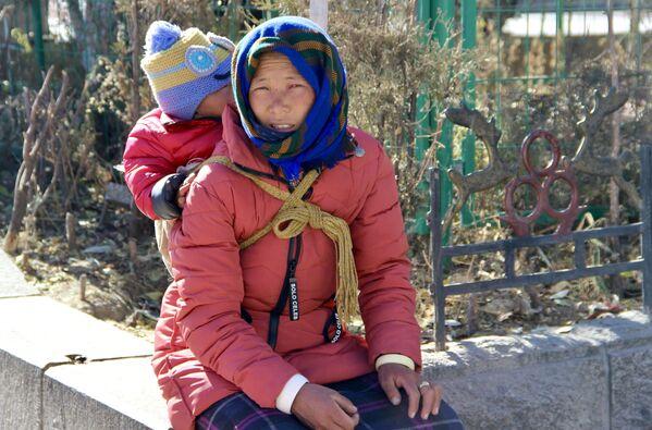 Lhasa è la città sacra del buddismo tibetano e lo si capisce appena ci si trova di fronte all'imponente Palazzo del Potala, una grande fortezza che domina il centro e la valle - Sputnik Italia