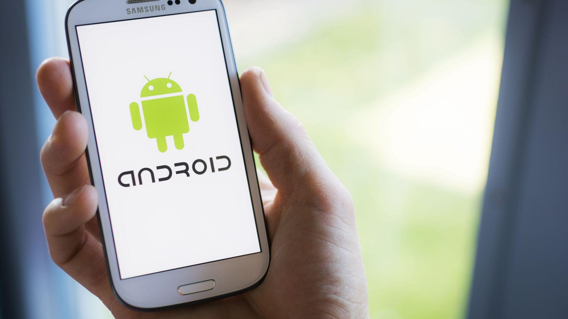 Un cellulare Samsung con il logo di Android sullo schermo - Sputnik Italia, 1920, 09.07.2021