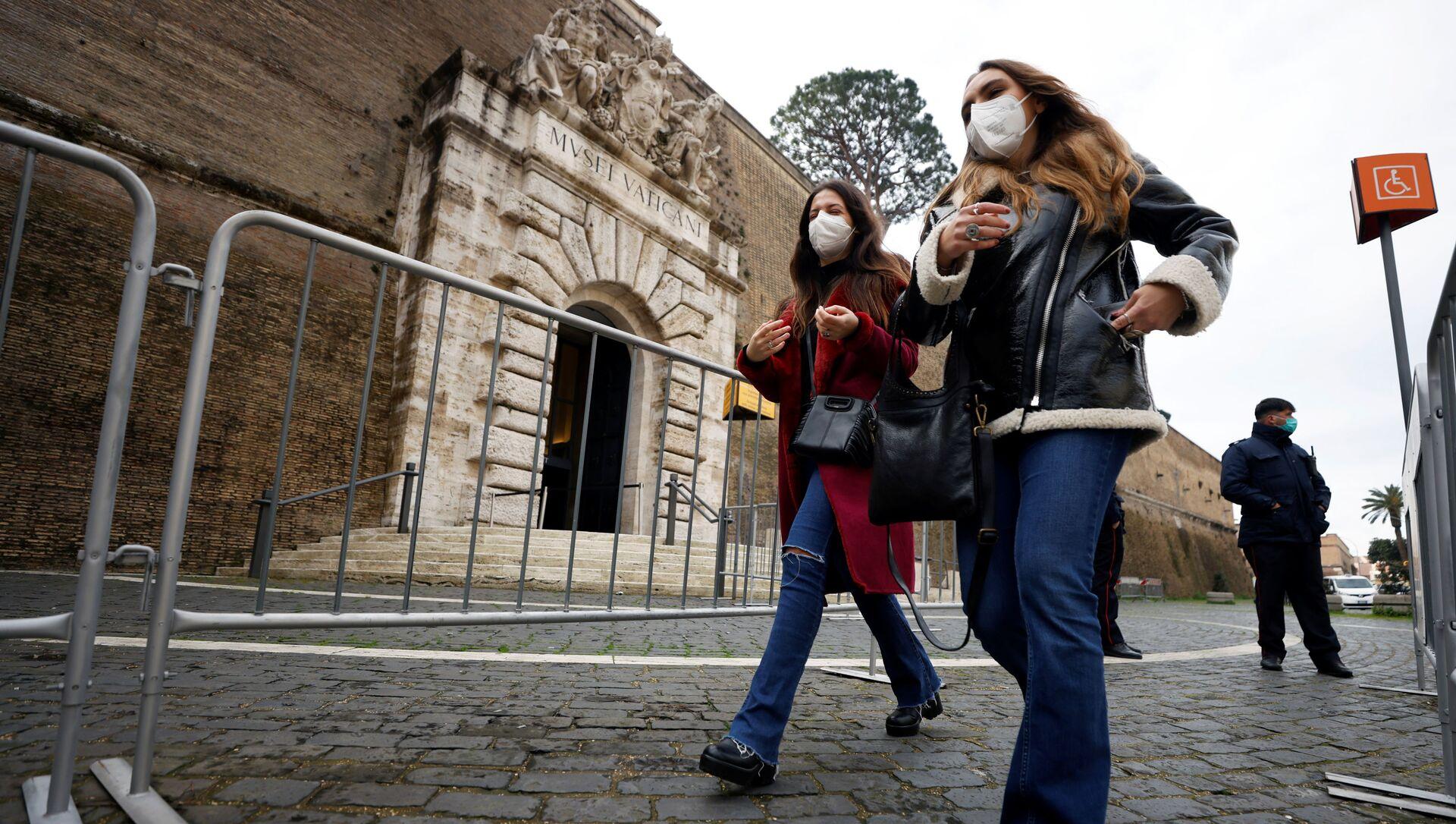 Le donne nelle mascherine protettive fanno fila per entrare nei musei vaticani, Roma - Sputnik Italia, 1920, 22.02.2021