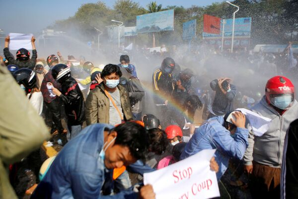 La polizia usa un cannone ad acqua contro i manifestanti che protestano contro  il colpo di stato militare in Myanmar - Sputnik Italia