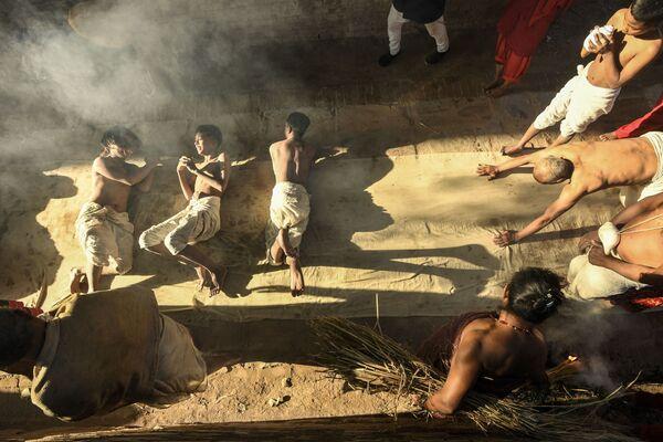 I devoti indù offrono preghiere prima di eseguire un rituale del bagno nel fiume Hanumante durante il festival Swasthani a Bhaktapur, alla periferia di Kathmandu, l'8 febbraio 2021 - Sputnik Italia
