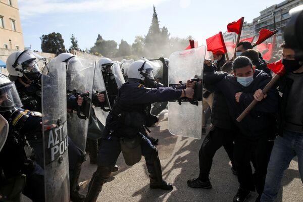 Scontri tra polizia e studenti universitari ad Atene, in Grecia - Sputnik Italia