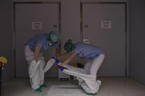 Il personale medico si toglie gli indumenti protettivi in un reparto dell'ospedale San Juan de Dios a Pamplona, nel nord della Spagna - Sputnik Italia