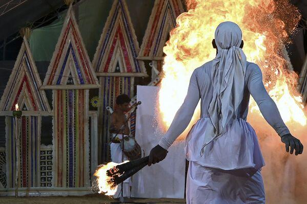 Un ballerino si esibisce durante un rituale 'Gam Madu' per cercare di esorcizzare gli spiriti maligni e porre fine alla pandemia del coronavirus, Colombia  - Sputnik Italia