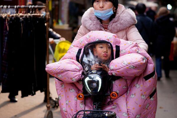 Una donna con un bambino a Wuhan - Sputnik Italia