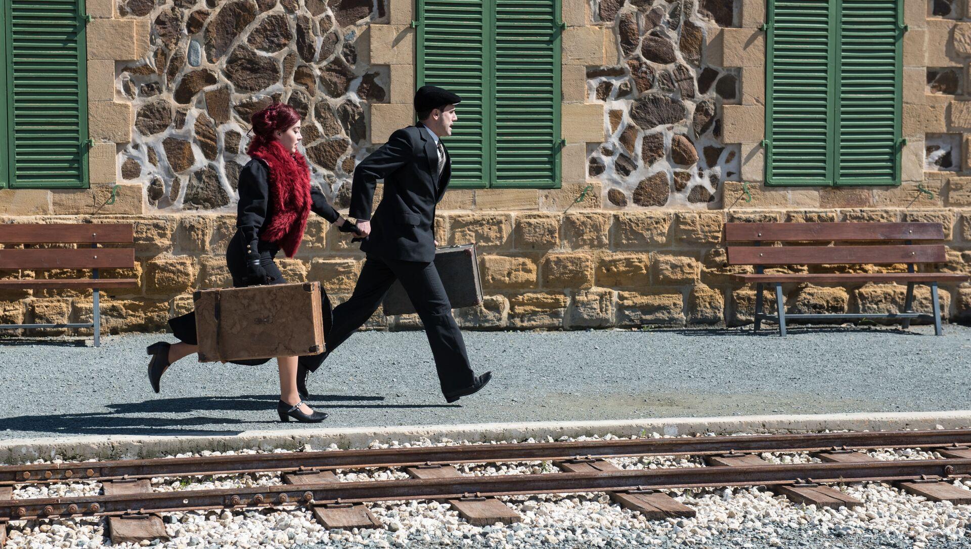Una coppia con valigie - Sputnik Italia, 1920, 30.03.2021