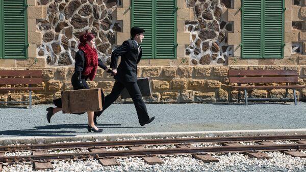 Una coppia con valigie - Sputnik Italia