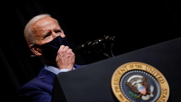 U.S. President Joe Biden removes his mask to address NIH staff during a visit to NIH in Bethesda, Maryland, U.S., February 11, 2021.  - Sputnik Italia
