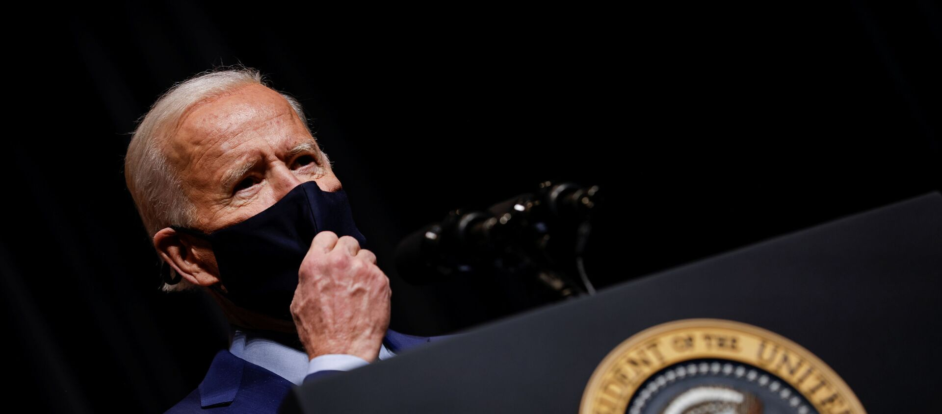 U.S. President Joe Biden removes his mask to address NIH staff during a visit to NIH in Bethesda, Maryland, U.S., February 11, 2021.  - Sputnik Italia, 1920, 06.03.2021