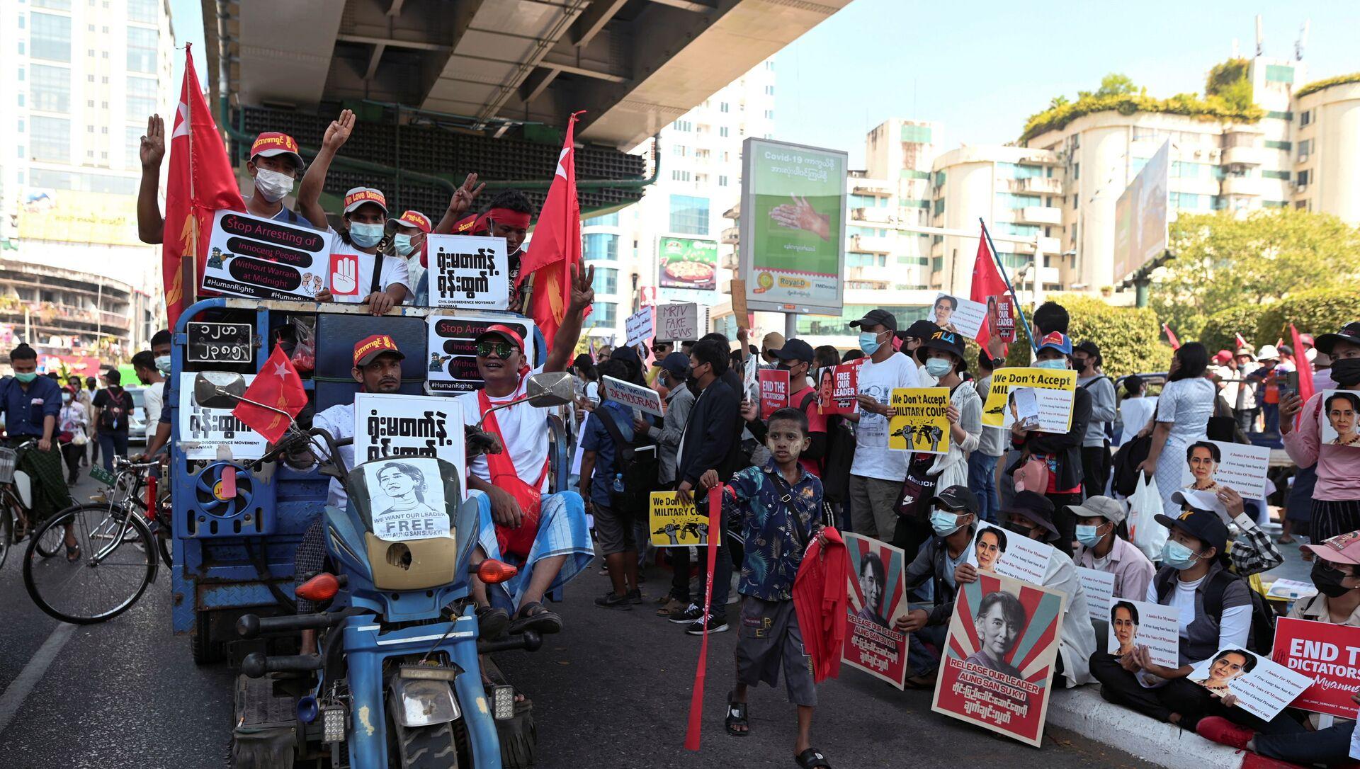 Le dimostrazioni in Myanmar contro il colpo di stato militare - Sputnik Italia, 1920, 16.02.2021