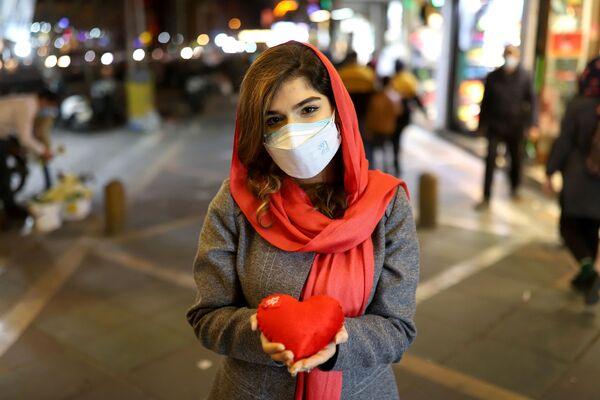 Ragazza con cuscino a forma di cuore a Teheran - Sputnik Italia