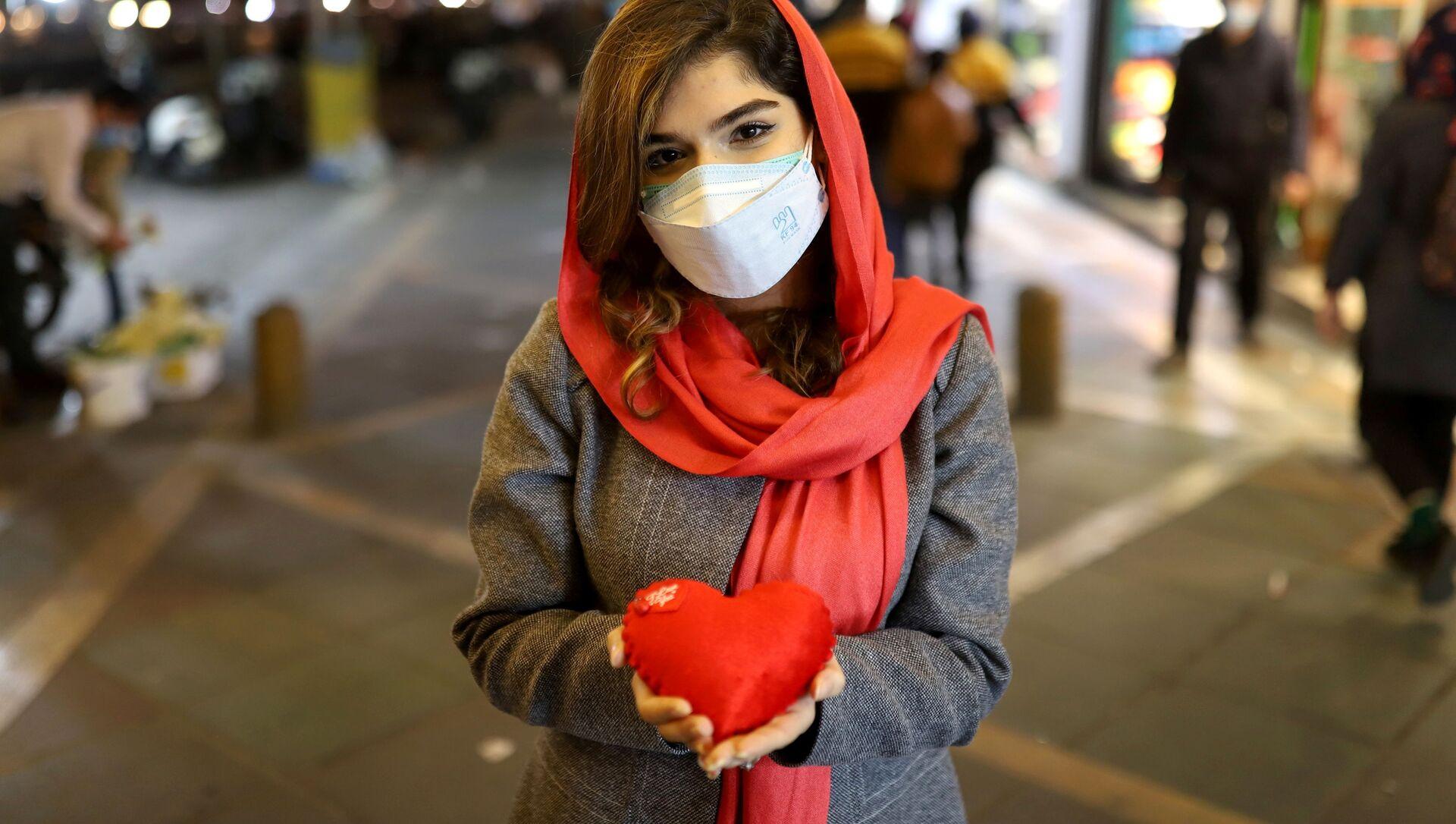 Девушка позирует с подушкой в виде сердца в Тегеране  - Sputnik Italia, 1920, 05.04.2021