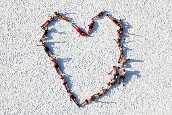 Gli amanti del nuoto invernale vicino al Mar Baltico in onore di San Valentino a Gdansk - Sputnik Italia