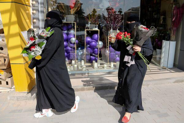 Ragazze con fiori nel giorno di San Valentino in Arabia Saudita - Sputnik Italia
